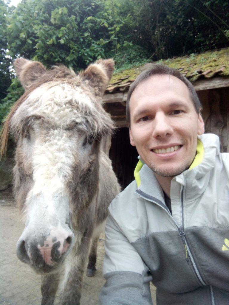 Hufpfleger Thorsten mit Esel